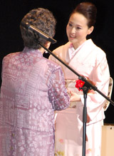 トロフィーを受け取る松田聖子
