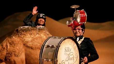 『ボス シルキーブラック』新CMに出演にしている(左から)ムッシュかまやつ、C-C-Bのドラマー・笠浩二