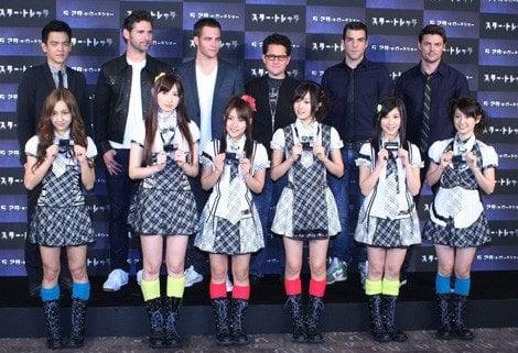 映画『スター・トレック』のキャスト陣とAKB48(前列左より)板野友美、小嶋陽菜、高橋みなみ、前田敦子、小野恵令奈、大島優子