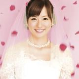 皆藤愛子がウエディングドレス姿を披露している、Hilcrhymeのデビューシングル「純也と真菜実」のジャケット写真