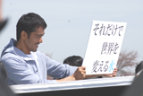 『い・ろ・は・す』CMに出演している阿部寛(メイキングカット)