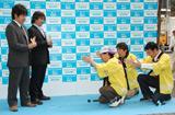 購入者を地面にひざまづき応援するダチョウ倶楽部(C)ORICON DD inc.