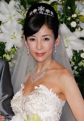 結婚式フラワーアレンジメントの前での川島なお美。