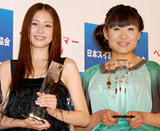 『第10回ベストスイマー2009』を受賞した(左から)長澤まさみ、山崎静代 (C)ORICON DD inc.