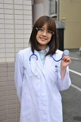 女医に扮する福田沙紀