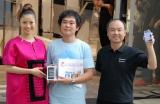 『iPhone 3GS』発売カウントダウンセレモニーに出席した上戸彩と1番乗りで商品を手にした購入者、孫正義社長(C)ORICON DD inc.