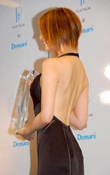 背中が大きく開いたセクシーなドレスで登場した米倉涼子 (C)ORICON DD inc.