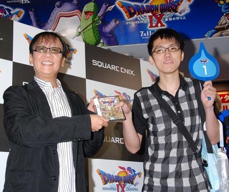 カウントダウン会場に駆けつけたゲームデザイナーの堀井雄二氏(写真左)と、会場一番乗りの男性 (C)ORICON DD inc.