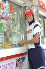 イベント終了後、自ら売り場でサマージャンボ宝くじを購入する上野由岐子投手 (C)ORICON DD inc.