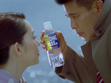 サスペンスドラマのパロディをCMで展開する柳沢慎吾と神保美喜