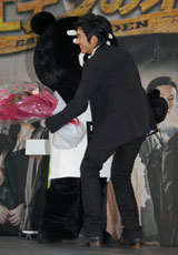 花束を持って駆けつけたTBSのキャラクター・BooBoと熱い抱擁をするソン・スンホン (C)ORICON DD inc.