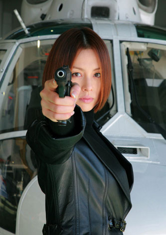 銃を構える米倉涼子