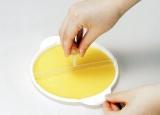 付属のクレープ皿ととんぼを使い、生地を広げる