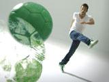 新CMでボールを蹴って世界地図を描く中田英寿氏