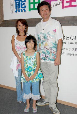 『プチファーブル・熊田千佳慕展』に来場した、布川敏和・つちやかおり夫妻と次女・花音ちゃん(中央)(C)ORICON DD inc.