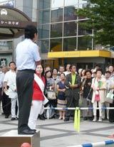 夏の炎天下、街頭演説で熱弁をふるう立候補者たち