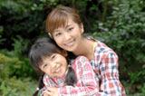 元恋人の塚本陽子役を演じる優香と娘・コハル役を演じる石井萌々果(手前)