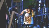 追手から逃れるためビルの階段を駆け上る成海璃子