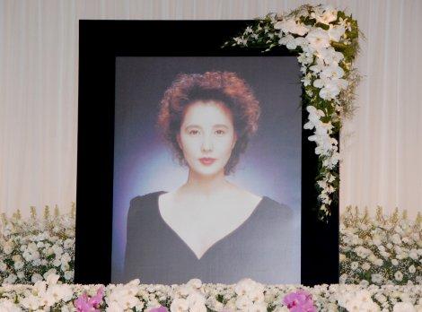 「大原麗子さん お別れの会」の祭壇に飾られた写真(C)ORICON DD inc.