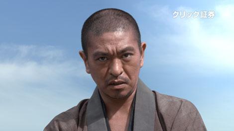 新CMで、真剣な表情でメッセージを伝える松本人志