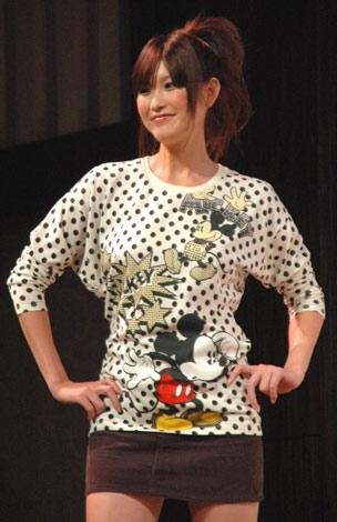 2柄6種類で展開されるミッキーアンドミニーグラフィックTシャツ・長袖(1500円) (C)ORICON DD inc.