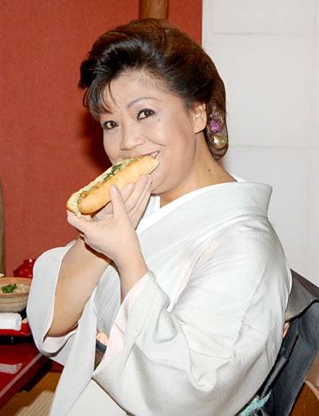 """""""夢の唐揚げ""""料理、「ギャバドッグ」を試食する松原のぶえ (C)ORICON DD inc."""