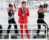 新曲「Get Real Love 〜GOLD FINGER'009」のゲリラ船上イベントを行った郷ひろみ