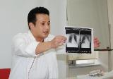 劇症型心筋炎についてレントゲン写真で説明する、山本陽一(C)ORICON DD inc.