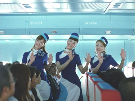 (左から)佐々木希、大地真央、西川史子がCA姿でダンスを繰り広げる『ボス ファーストクラス』CM