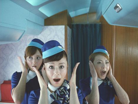 『ボス ファーストクラス』CMで乗客からの不満に耳を押さえる3人