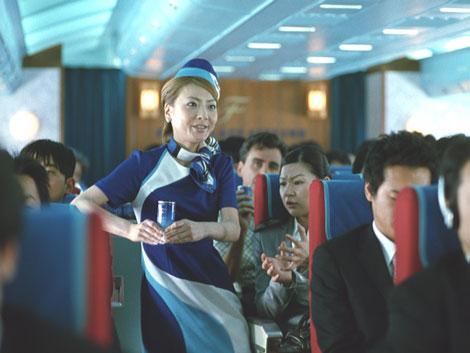 西川史子がオチャメな中堅CAを演じる『ボス ファーストクラス』CM
