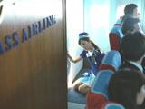 乗客の訴えで罪悪感に苛まれる佐々木希/『ボス ファーストクラス』CM