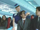 颯爽と乗客に『ボス ファーストクラス』を手渡す大地真央/『ボス ファーストクラス』CM