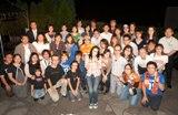 イベントに集まったメガネカップルとアンジェラ・アキ(中央)