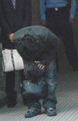 保釈され、深々と頭を下げた高相祐一被告【16日夕方=東京・警視庁渋谷署】 (C)ORICON DD inc.