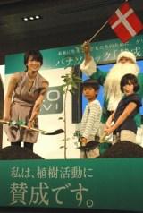 パナソニック『エコナビ賛成&ナノイー除菌賛成』イベントで、子供たちと植樹を行う吉瀬美智子 (C)ORICON DD inc.