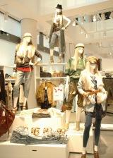 店内のいたるところに立つマネキンのコーディネート提案も同店舗の魅力 (C)ORICON DD inc.