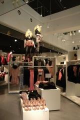 H&M渋谷店、吹き抜けの1階フロア (C)ORICON DD inc.