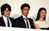 映画『カムイ外伝』初日舞台あいさつに登壇した(写真左より)松山ケンイチ、伊藤英明、小雪 (C)ORICON DD inc.