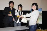 観客全員にヒマワリを手渡しする細田守監督(左)と神木隆之介