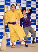 レレレのおじさんに扮する松平健(左)と、小池徹平 (C)ORICON DD inc.