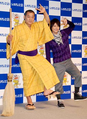 『レオパレス21』新CM発表会に出席したレレレのおじさんに扮する松平健(左)と、小池徹平 (C)ORICON DD inc.