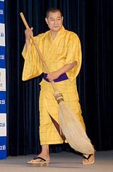 『レオパレス21』新CM発表会に出席した、レレレのおじさんに扮する松平健 (C)ORICON DD inc.