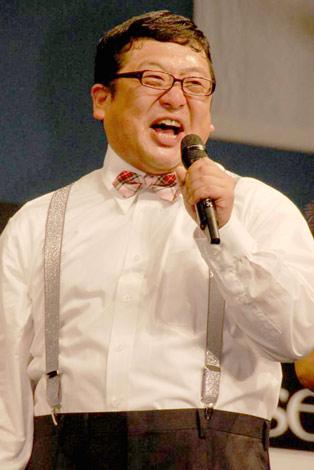 トヨタ自動車とハウスイベントのコラボレーション発表イベントに登場し、デビュー以来ファンだった鈴木亜美に向かってやっとの想いで持ちネタ「ホレてまうやろ〜!」を叫んだ、Wエンジンのチャンカワイ (C)ORICON DD inc.