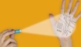 """""""オリジナル手相フィルム""""を手の平に映し出す、『島田秀平のテノヒライト』使用イメージ"""