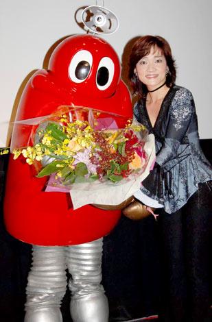 『がんばれ!! ロボコン』放送開始35周年DVD発売記念イベントに出席した、ロボコンと島田歌穂 (C)ORICON DD inc.