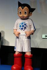 サッカーのユニフォーム姿で登場したアトム