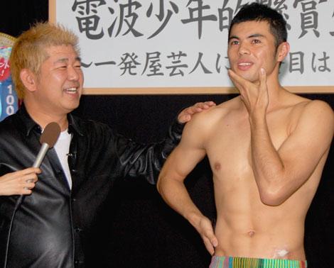 土屋敏男プロデューサーから『電波少年的懸賞生活2009』の挑戦者に決定したことを明かされた小島よしお (C)ORICON DD inc.