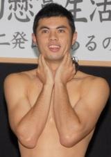 『電波少年的懸賞生活2009』の挑戦者に決定したことを明かされた小島よしお (C)ORICON DD inc.