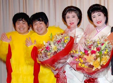 映画『こまどり姉妹がやって来る ヤァ!ヤァ!ヤァ!』完成披露試写会に出席した、こまどり姉妹(右)とザ・たっち(左) (C)ORICON DD inc.